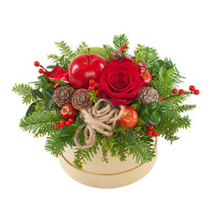 Rund ask med sött jularrangemang (rosor, kottar, gran, dekorationsäpple m m.) Ur Euroflorists julsortiment.