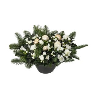 Vit azalea i kruka, med grön gran och vita julkulor. En juldekoration från Interflora.