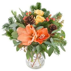 Advents-/julbukett med blommor i milt orange/gult tillsammans med gröna blad, tall och kottar. En bukett ur Euroflorists julsortiment.