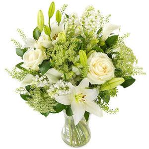 Floristens Val - bukett med blandade, vita blommor. Skicka nyårsblommor med ett bud från Euroflorist - beställ enkelt online.