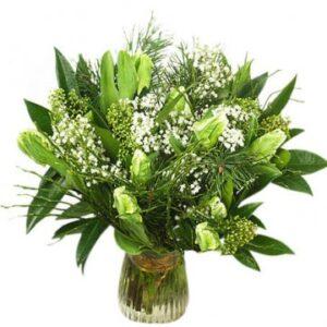 Bukett med vita tulpaner och grönt. Skicka dem med ett bud från Florister i Sverige!