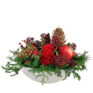 Skål med juldekoration, här i rött, grönt och brunt. Floristen skapar med tillgängliga säsongsblommor och pynt. Beställ ditt blomsterbud online hos Florister i Sverige!