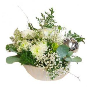 Vit snittdekoration i vit skål. Beställ nyårsblommorna hos Florister i Sverige - skicka dem med ett blomsterbud!