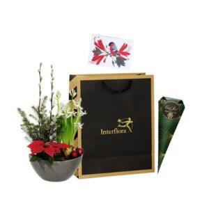 Presentpåse med julgrupp, en strut med choklad och ett fint julkort. Skicka påsen med ett blomsterbud från Interflora!